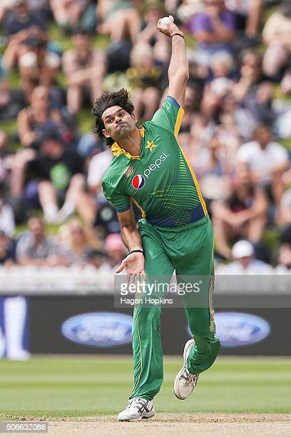 Mohammad Irfan of Pakistan bowls during the One Day International match between New Zealand and Pakistan at Basin Reserve on January 25 2016 in...