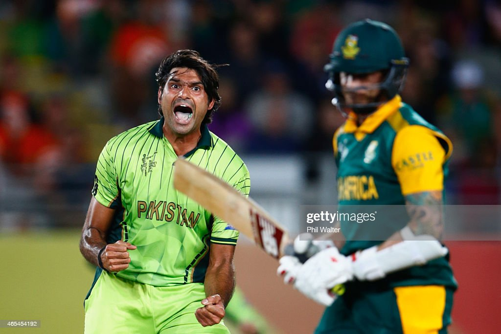 Mohammad Irfan of Pakistan celebrates his wicket of Dale Steyn of South Africa (R) during the 2015 ICC Cricket World Cup match between South Africa and Pakistan at Eden Park on March 7, 2015 in Auckland, New Zealand.