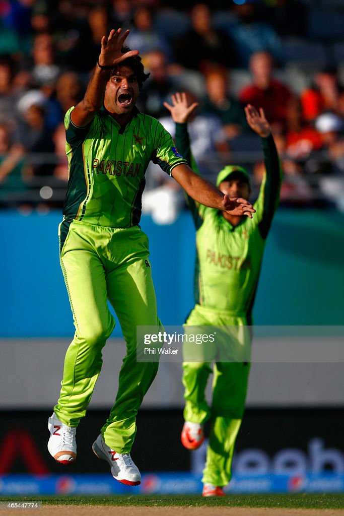 <a gi-track='captionPersonalityLinkClicked' href=/galleries/search?phrase=Mohammad+Irfan+-+Cricket&family=editorial&specificpeople=10986295 ng-click='$event.stopPropagation()'>Mohammad Irfan</a> of Pakistan celebrates his wicket of Quinton de Kock of South Africa during the 2015 ICC Cricket World Cup match between South Africa and Pakistan at Eden Park on March 7, 2015 in Auckland, New Zealand.
