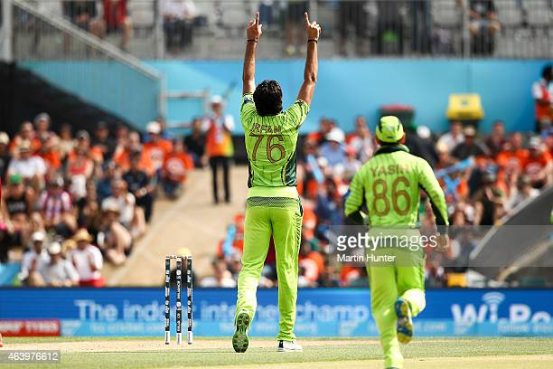 Mohammad Irfan of Pakistan celebrates with team mates after dismissing Chris Gayle of West Indies during the 2015 ICC Cricket World Cup match between...