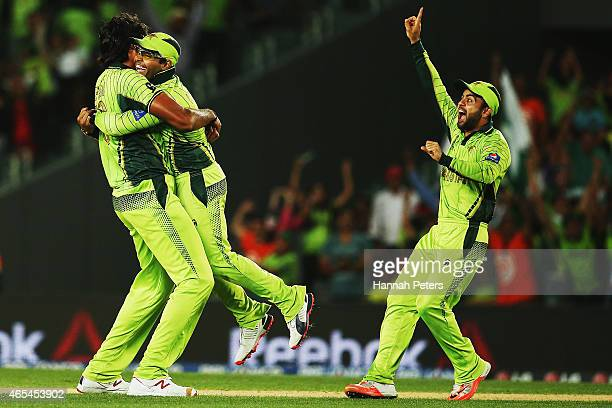Mohammad Irfan of Pakistan celebrates with Umar Akmal and Ahmed Shehzad after dismissing JeanPaul Duminy of South Africa during the 2015 ICC Cricket...