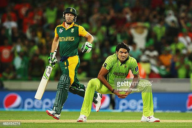 Mohammad Irfan of Pakistan looks on as AB de Villiers of South Africa sets off for a run during the 2015 ICC Cricket World Cup match between South...