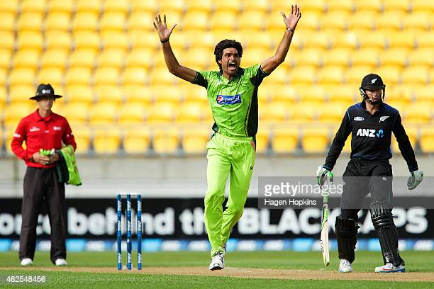 Mohammad Irfan of Pakistan makes an appeal during the One Day International match between New Zealand and Pakistan at Westpac Stadium on January 31...