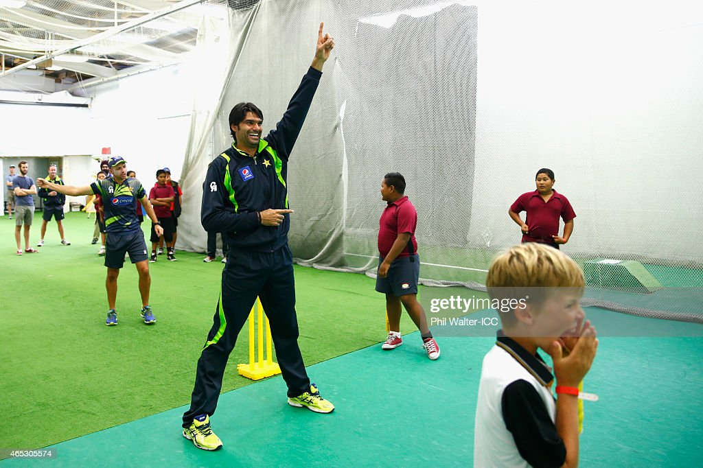 Mohammad Irfan of Pakistan takes part in an ICC charity coaching session at Eden Park 2 on March 6, 2015 in Auckland, New Zealand.