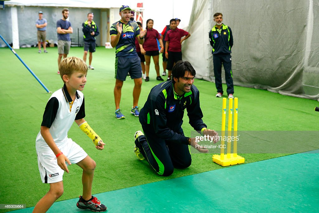 Mohammad Irfan of Pakistan takes part in an ICC charity coaching session at the Eden Park indoor nets on March 6, 2015 in Auckland, New Zealand.