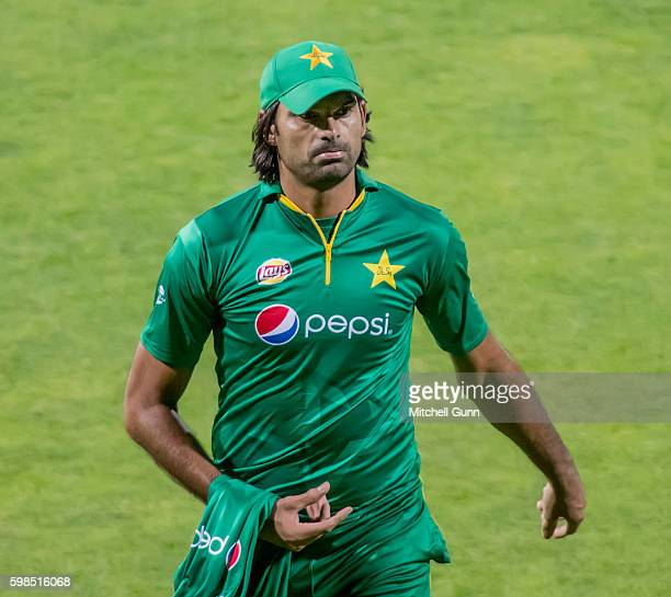 Mohammad Irfan of Pakistan walks off injured during the 4th Royal London One day International match between England and Pakistan at Headingley...