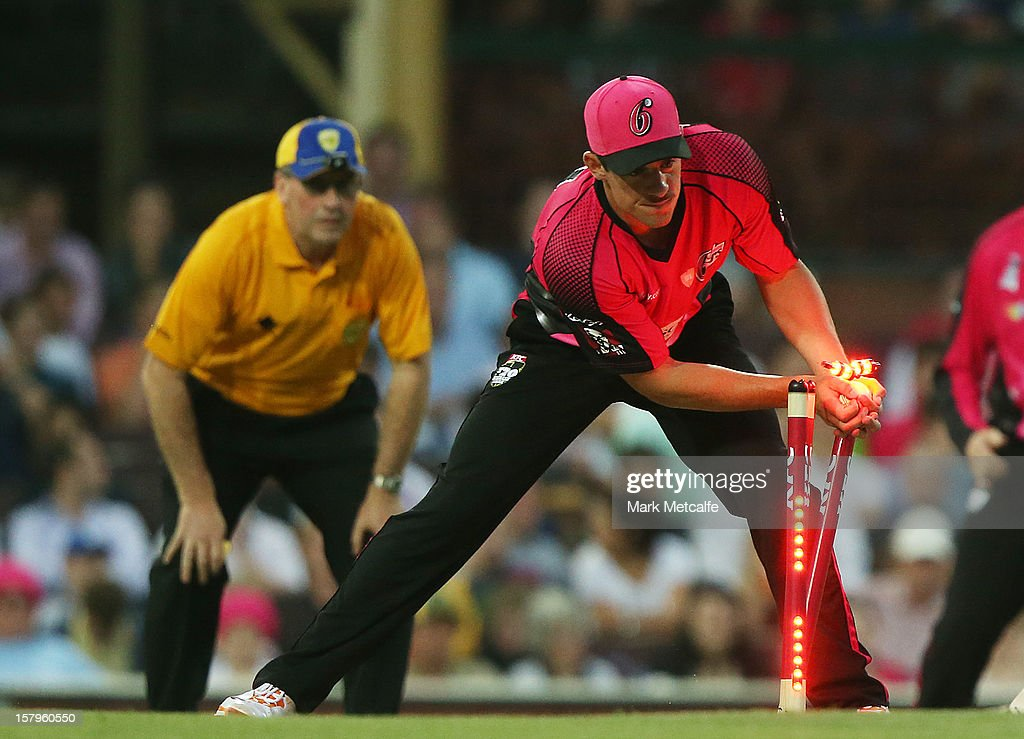 <a gi-track='captionPersonalityLinkClicked' href=/galleries/search?phrase=Moises+Henriques&family=editorial&specificpeople=875812 ng-click='$event.stopPropagation()'>Moises Henriques</a> of the SIxers attempts a runout during the Big Bash League match between the Sydney Sixers and the Sydney Thunder at Sydney Cricket Ground on December 8, 2012 in Sydney, Australia.