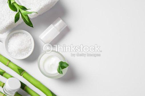 Feuchtigkeitscreme mit Bambusstäbchen : Stock-Foto
