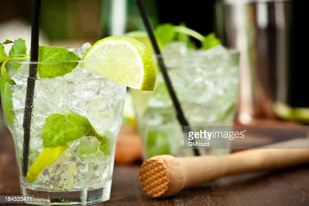 Mojito mit weißer Rum, Limettensaft, Minze und Zerstoßenes Eis