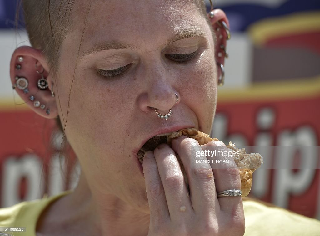 Molly Schuyler, who won by eating 28 burgers in 12 minutes, competes in the Zburger Independence Burger Eating Championship on July 1, 2016 in Washington, DC. / AFP / Mandel Ngan