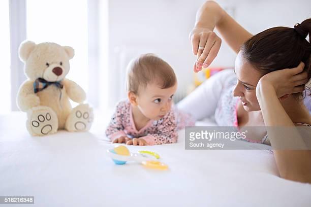 Maman et bébé s'amuser dans la chambre