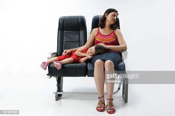 Mutter und Tochter Schlafen auf Flugzeuge