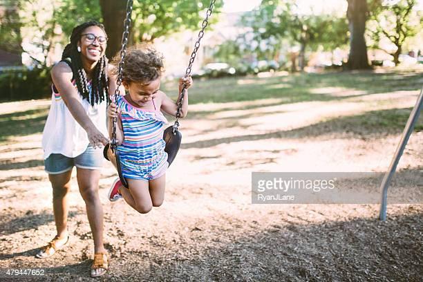 Mère et fille ensemble de terrain de jeu