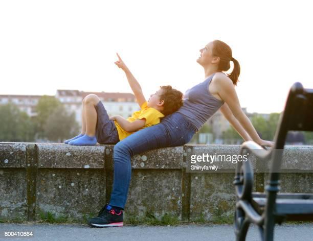 Maman et son fils sur le quai du Danube à Novi Sad.