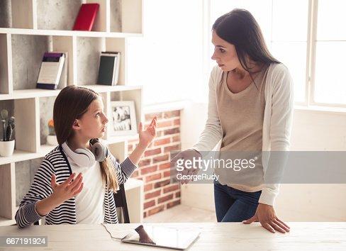 Mamá e hija problemas : Foto de stock