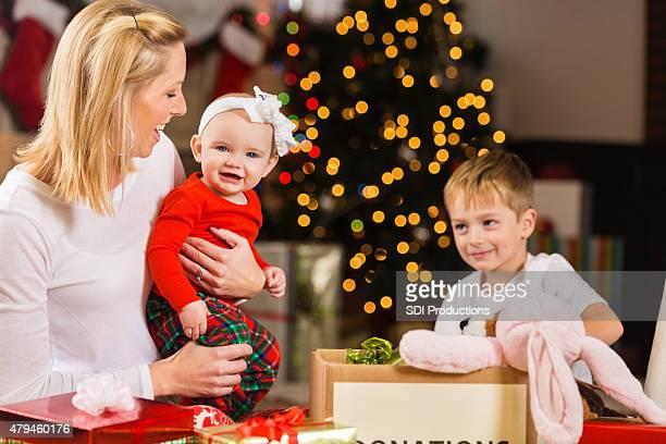 Madre e bambini gestire le donazioni a donare prima di Natale