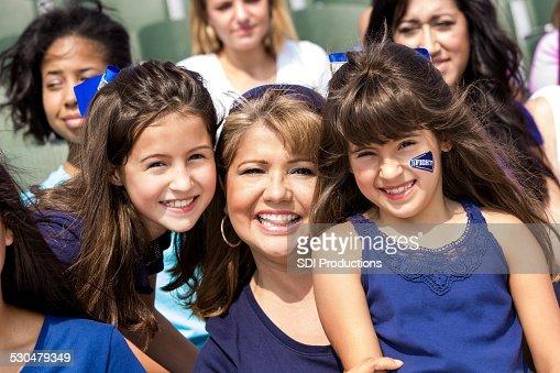 母と娘のお子様にお気に入りのサッカーチームの応援