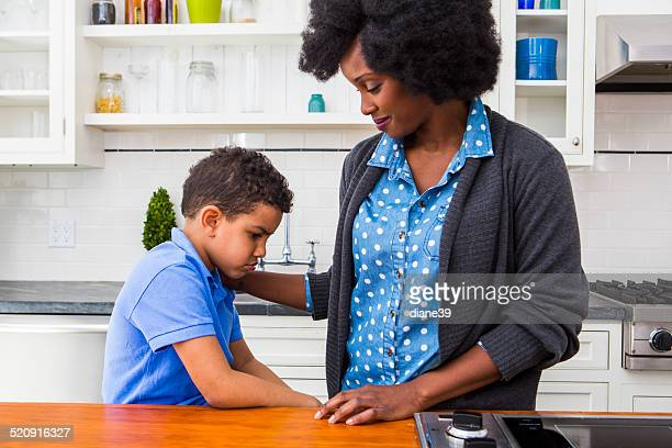 Mutter komfortable Ihr Sohn in der Küche.