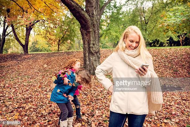 Mutter am Telefon fehlt dir wertvolle Zeit mit Ihren Kindern.