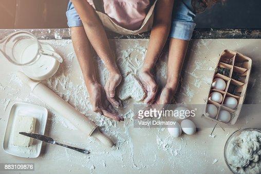 Mutter mit Tochter in der Küche. : Stock-Foto