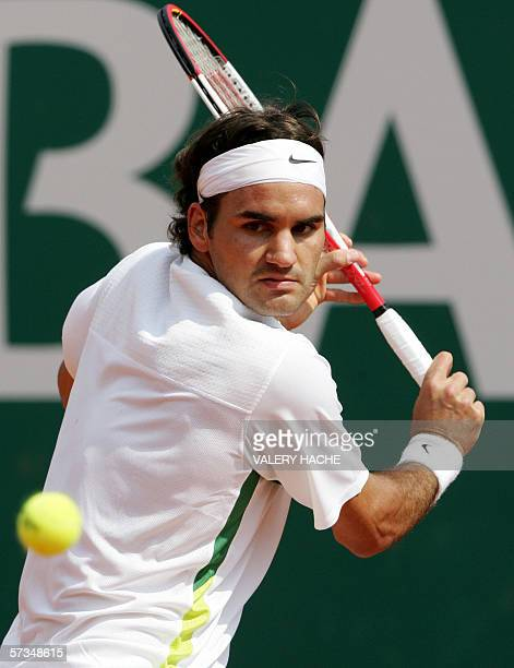Swiss Roger Federer hits a backhand to his Serbian opponent Novak Djokovic during their Monte Carlo Masters tennis match 17 april 2006 in Monaco...