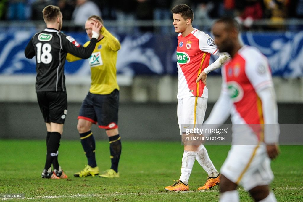 Monaco's Argentinian forward Guido Carrillo (2R) gestures at the end of the French cup round of 8 football match between Sochaux (FCSM) and Monaco (ASM) at the Auguste Bonal Stadium in Montbeliard, on February 9, 2016. / AFP / SEBASTIEN BOZON