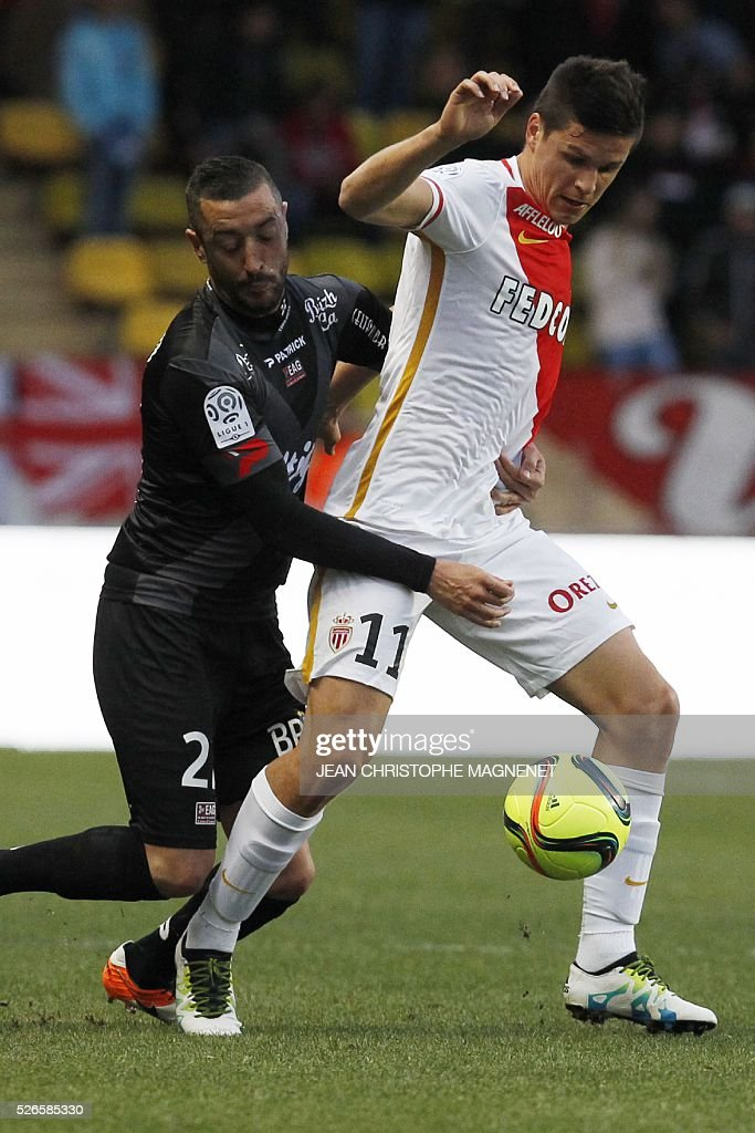 Monaco's Argentinian forward Guido Carrillo (R) vies with Guingamp's defender Jonathan Martins Pereira (L) during the French L1 football match Monaco (ASM) vs Guingamp (EAG) on April 30, 2016, at the Louis II stadium in Monaco.