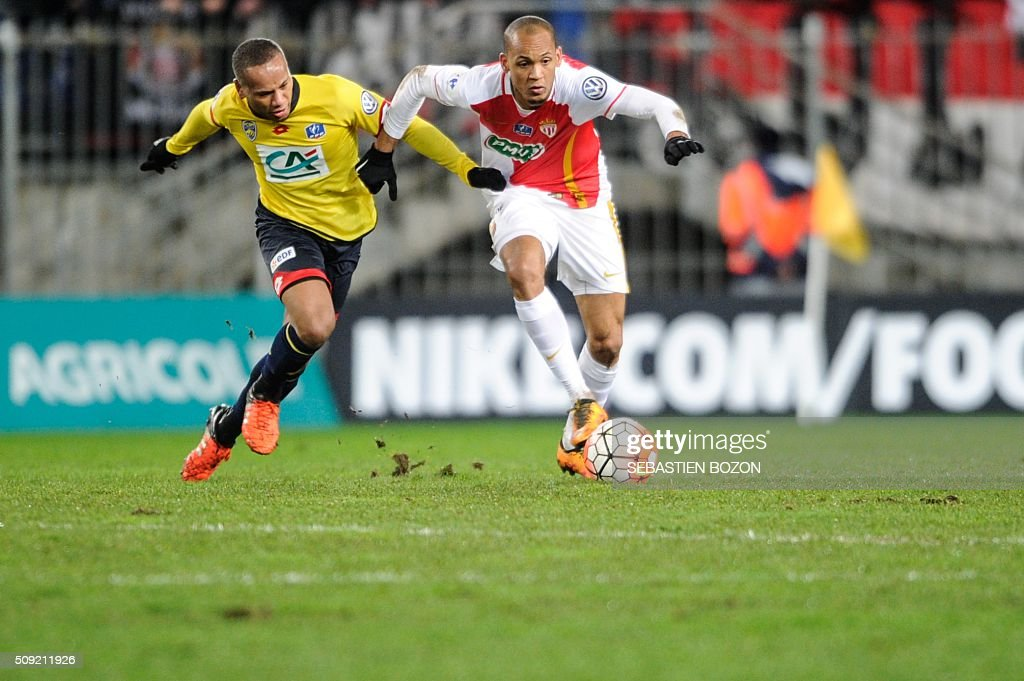 Monaco's Brazilian defender Fabinho (C) vies with Sochaux' French midfielder Marco Ilaimaharitra (L) during the French cup round of 8 football match between Sochaux (FCSM) and Monaco (ASM) at the Auguste Bonal Stadium in Montbeliard, on February 9, 2016. / AFP / SEBASTIEN BOZON