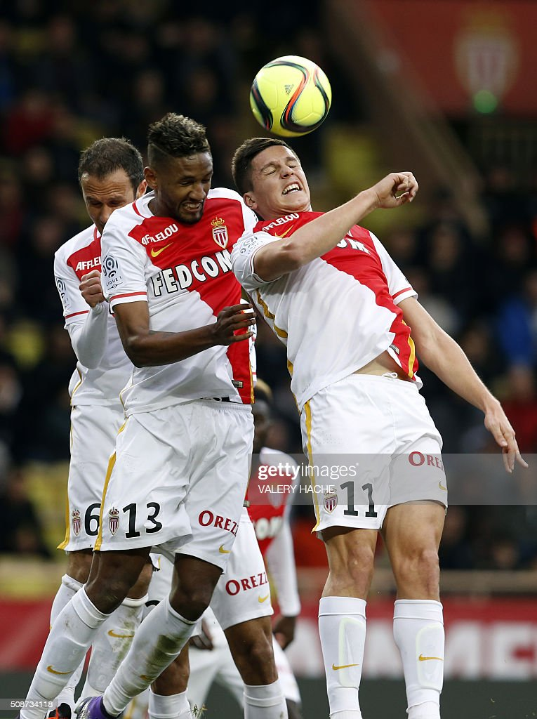 Monaco's Brazilian defender Fortuna Dos Santos Wallace (L) and Monaco's Argentinian forward Guido Carrillo (R) head the ball during the French L1 football match between Monaco (ASM) and Nice (OGCN) at Louis II Stadium in Monaco on February 6, 2016. AFP PHOTO / VALERY HACHE / AFP / VALERY HACHE