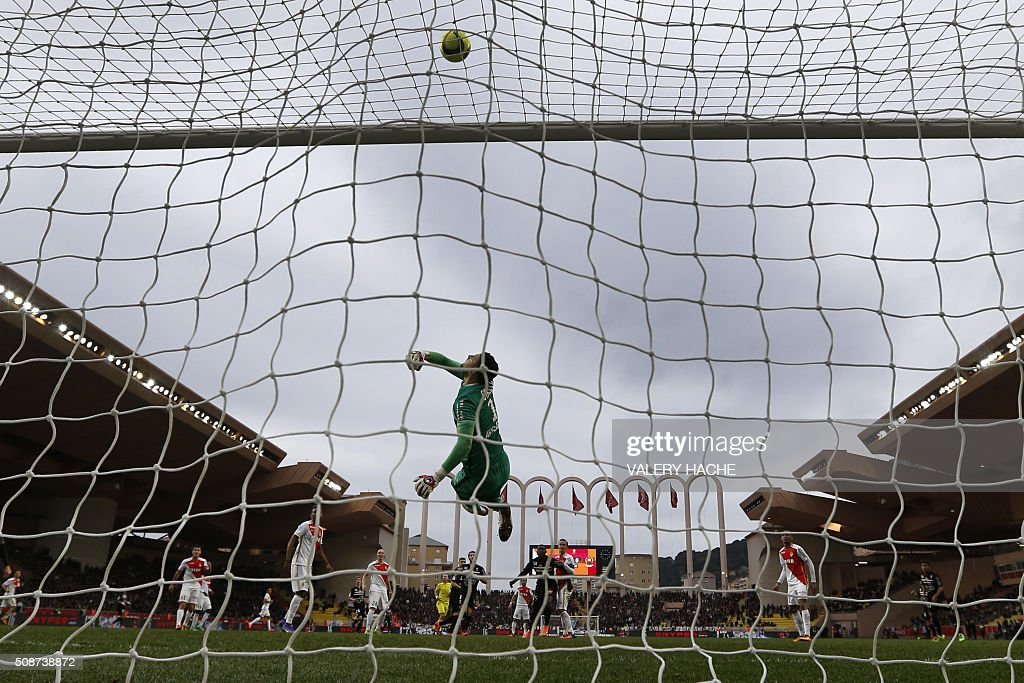 Monaco's Croatian goalkeeper Danijel Subasic stops the ball during the French L1 football match between Monaco (ASM) and Nice (OGCN) at Louis II Stadium in Monaco on February 6, 2016. AFP PHOTO / VALERY HACHE / AFP / VALERY HACHE