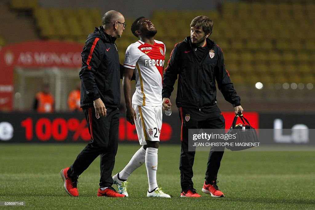 Monaco's French midfielder Thomas Lemar leaves the pitch injured during the French L1 football match Monaco (ASM) vs Guingamp (EAG) on April 30, 2016, at the Louis II stadium in Monaco.