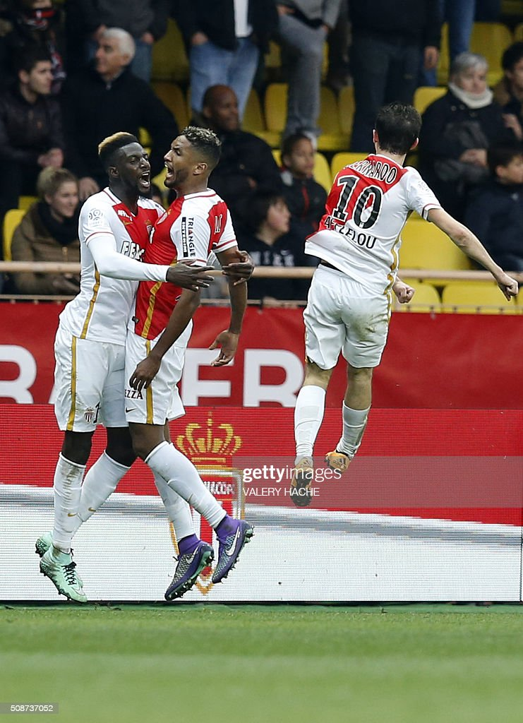 Monaco's French Midfielder Tiemoue Bakayoko (L) celebrates with teammates after scoring a goal during the French L1 football match between Monaco (ASM) and Nice (OGCN) at Louis II Stadium in Monaco on February 6, 2016. AFP PHOTO / VALERY HACHE / AFP / VALERY HACHE