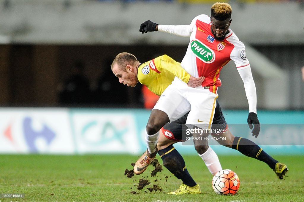 Monaco's French midfielder Tiemoue Bakayoko (R) vies with Sochaux' French midfielder Florian Martin (C) during the French cup round of 8 football match between Sochaux (FCSM) and Monaco (ASM) at the Auguste Bonal Stadium in Montbeliard, on February 9, 2016. / AFP / SEBASTIEN BOZON
