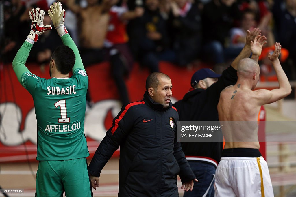 Monaco's Italian defender Andrea Raggi (R), Monaco's Croatian goalkeeper Danijel Subasic (L) and Monaco's Portuguese coach Leonardo Jardim (C) celebrate at the end of the French L1 football match between Monaco (ASM) and Nice (OGCN) at Louis II Stadium in Monaco on February 6, 2016. AFP PHOTO / VALERY HACHE / AFP / VALERY HACHE