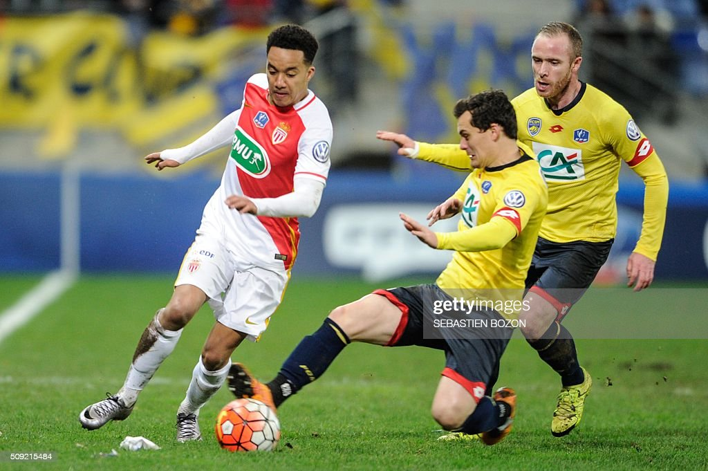 Monaco's Portuguese midfielder Helder Costa (L) vies with Sochaux' French defender Julien Faussurier (C) during the French cup round of 8 football match between Sochaux (FCSM) and Monaco (ASM) at the Auguste Bonal Stadium in Montbeliard, on February 9, 2016. / AFP / SEBASTIEN BOZON