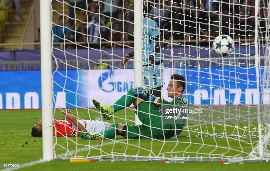 Monaco's Swiss goalkeeper Diego Benaglio (1st-R) reacts after conceding a goal during the UEFA Champions League Group G football match AS Monaco FC vs FC Porto on September 26, 2017 at the Louis II stadium in Monaco. / AFP PHOTO / Anne-Christine POUJOULAT