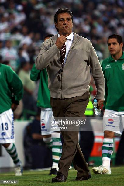 Monarcas Morelia's head coach Tomas Boy during the match of quarters of final against Santos Laguna in the 2009 Opening tournament the closing stage...