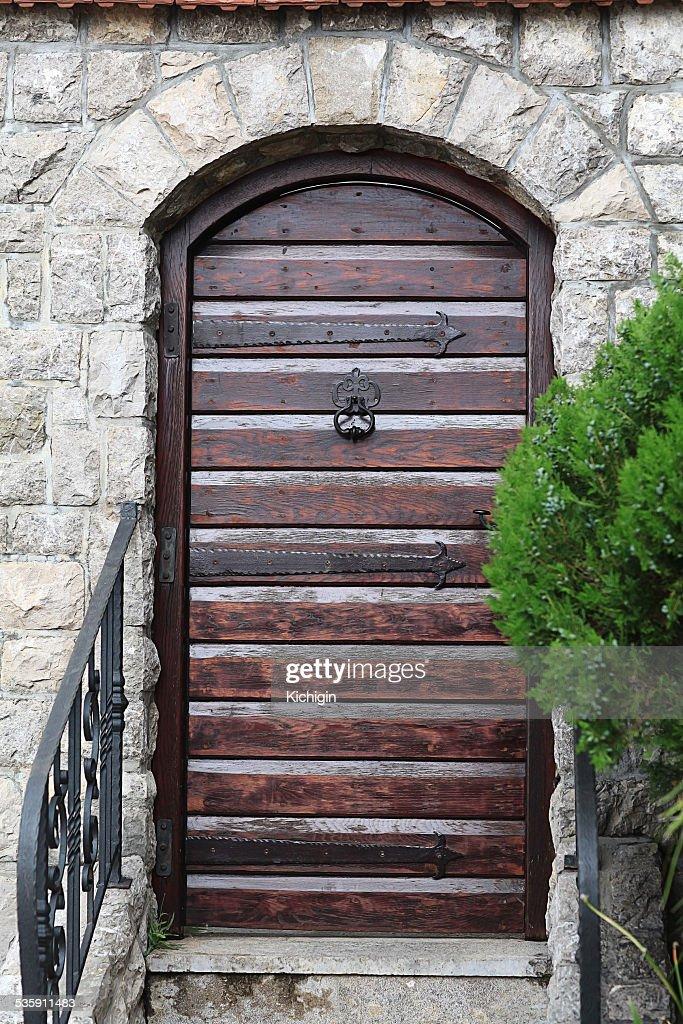 Mosteiro gate, um estreito porta a Trepadeira : Foto de stock