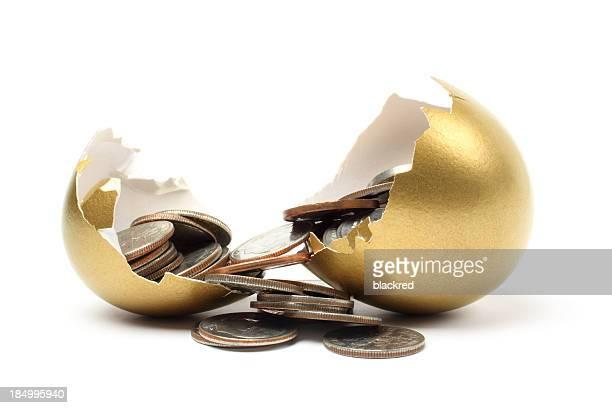 L'argent est sorti de l'Oeuf d'or sur fond blanc