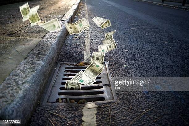 Geld fallen in eine Einsteigloch