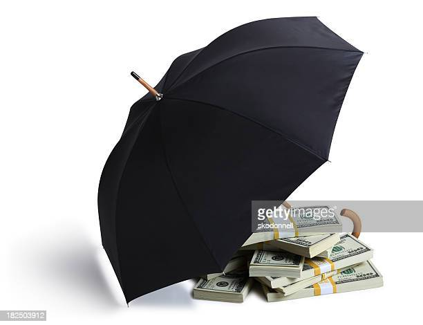 Geld geschützt durch einen Regenschirm auf weißer