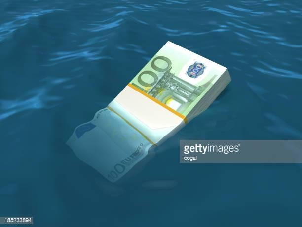 Geld sinken im Wasser. Euro-Banknoten.