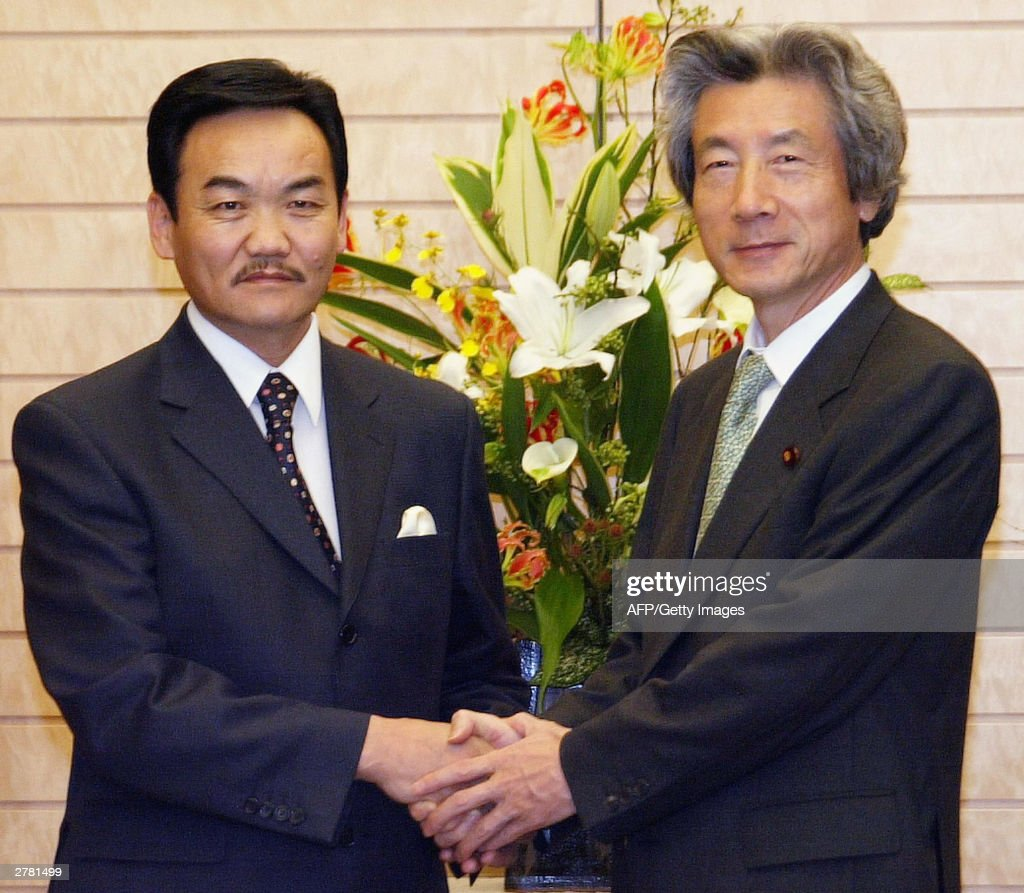 Mongolian President Natsagiin Bagabandi (L) shakes hands with Japanese Prime Minister Junichiro Koizumi at the start of talks at the premier's official residence 04 December 2003. Bagabandi is in Japan for a working visit to December 8. AFP PHOTO/POOL/Yuriko Nakao