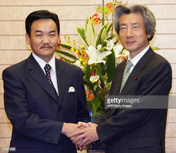 Mongolian President Natsagiin Bagabandi shakes hands with Japanese Prime Minister Junichiro Koizumi at the start of talks at the premier's official...