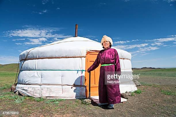 Mongolische Frau in-Kleidung, steht neben Deutschland