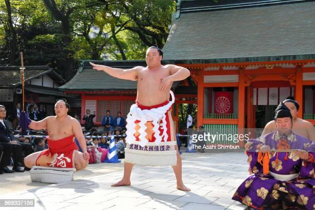 Mongolian Yokozuna Hakuho performs the 'Dohyoiri' ring purification ritual at Sumiyoshi Jinja Shrine ahead of the Grand Sumo Kyushu Tournament on...