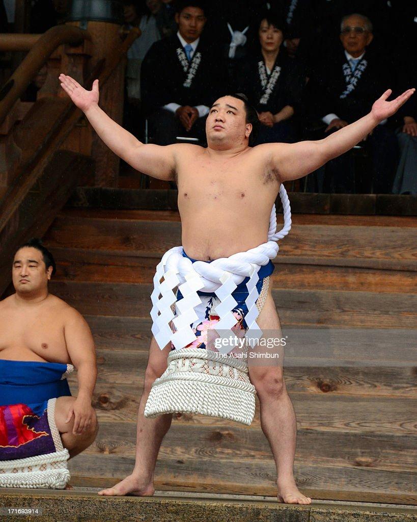Mongolian yokozuna Harumafuji whose real name is Davaanyamyn Byambadorj performs 'DohyoIri' purification ritual at Tenrikyo headquarters on June 26...