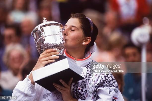Monica Seles embrasse le trophée après sa victoire lors des Internationaux de France de tennis au stade RolandGarros le 6 juin 1992 à Paris France