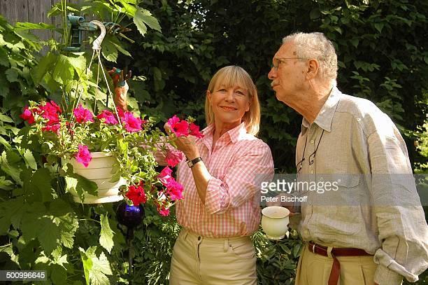 Monika Lundi Ehemann Hans Stetter Homestory Ferienhaus Hohenau Blumen Blumentopf Geranien Garten Gartenarbeit Ehepaar Ehefrau Schauspieler...