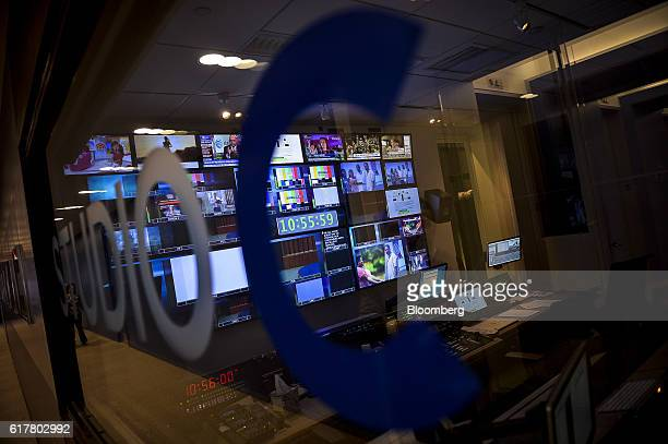Monitors displaying media content are seen at Comcast Corp headquarters in Philadelphia Pennsylvania US on Monday Oct 24 2016 Comcast Corp is...